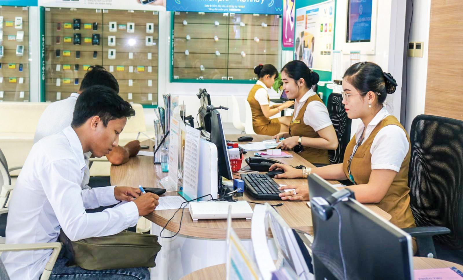 Khách hàng thực hiện thanh toán tiền điện tại một tổ chức trung gian trên địa bàn quận Ninh Kiều. Ảnh: MỸ HOA