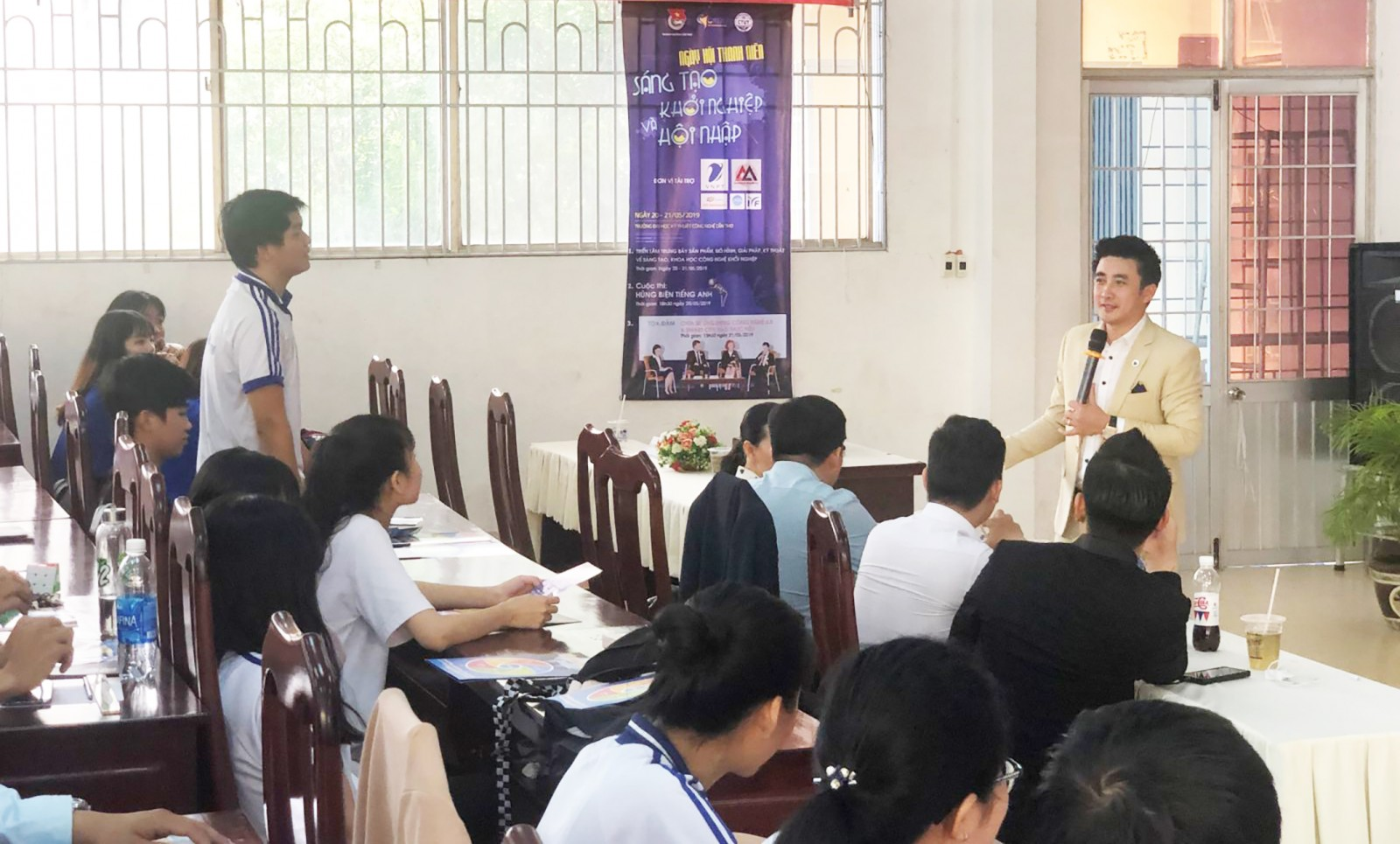 Sinh viên Trường Đại học Kỹ thuật - Công nghệ Cần Thơ giao lưu với doanh nhân John Nguyễn tại buổi tọa đàm. Ảnh: QUỐC THÁI