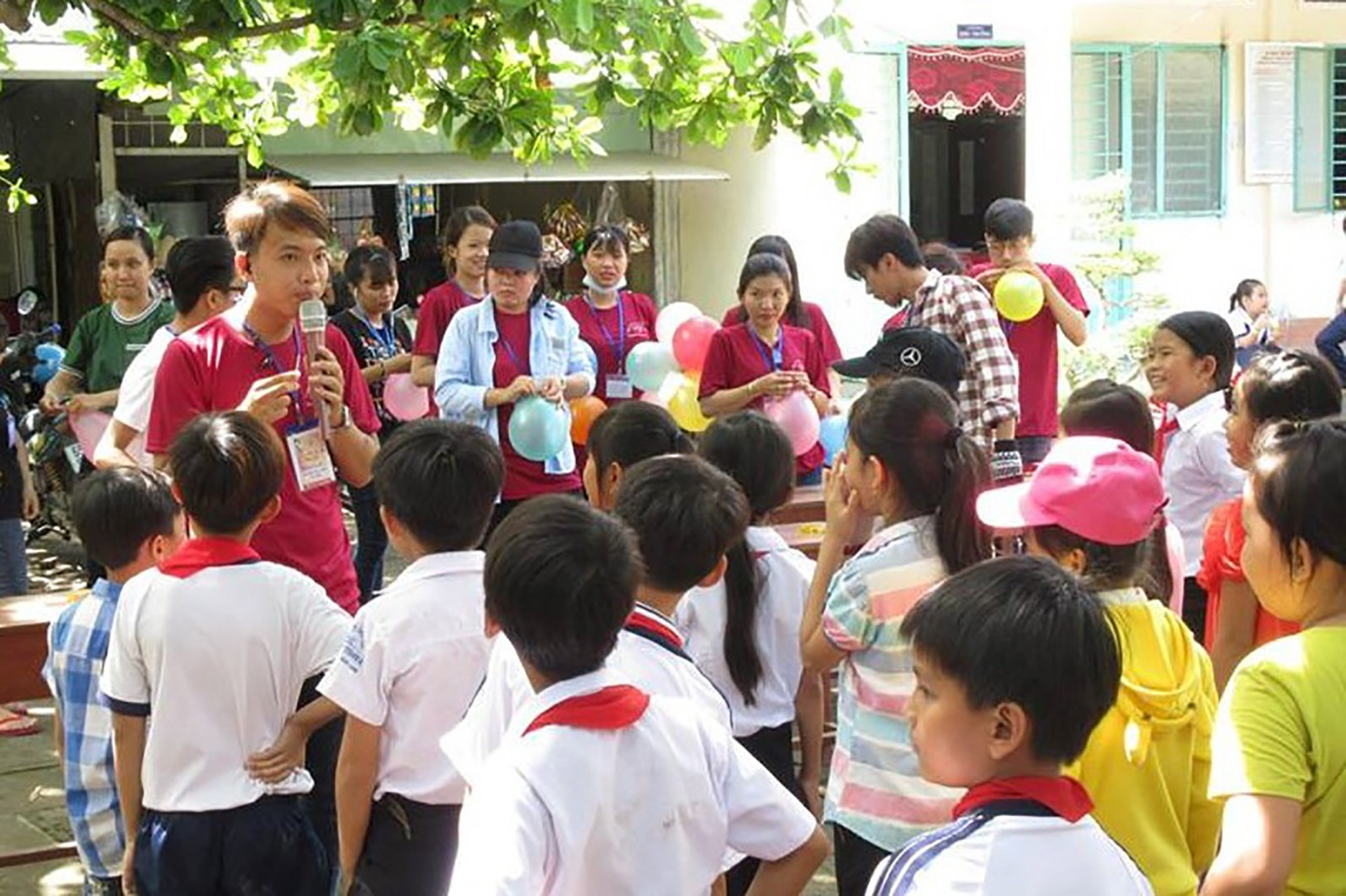Sinh viên Trường Đại học Nam Cần Thơ tổ chức sân chơi hè cho trẻ em có hoàn cảnh khó khăn trên địa bàn tỉnh Vĩnh Long. Ảnh: TÚ ANH