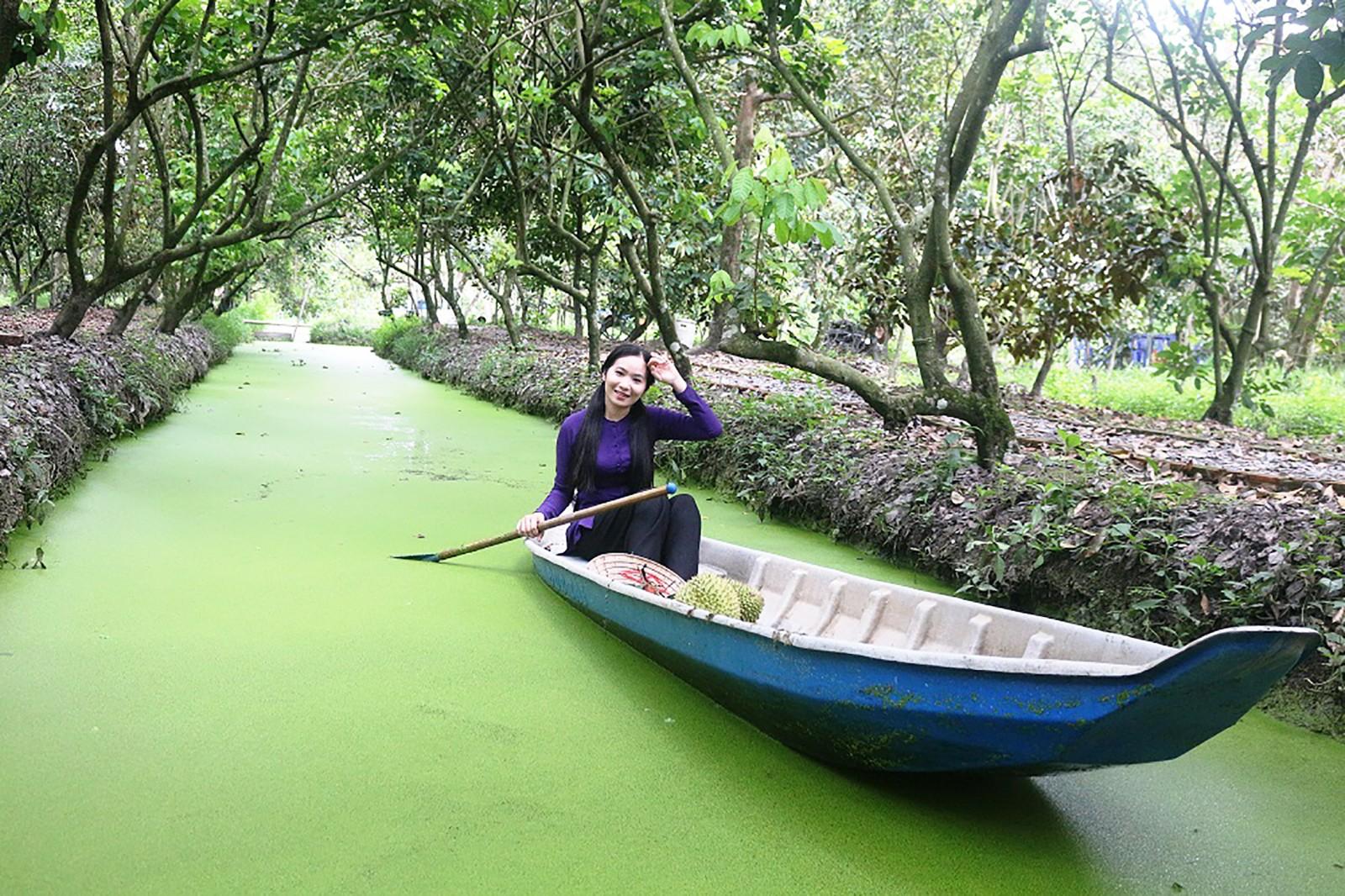 Sản phẩm du lịch sông nước đang được ngành du lịch thành phố quan tâm xây dựng và khai thác. Trong ảnh: Bơi xuồng hái trái ở điểm vườn Phong Điền. Ảnh: K.M