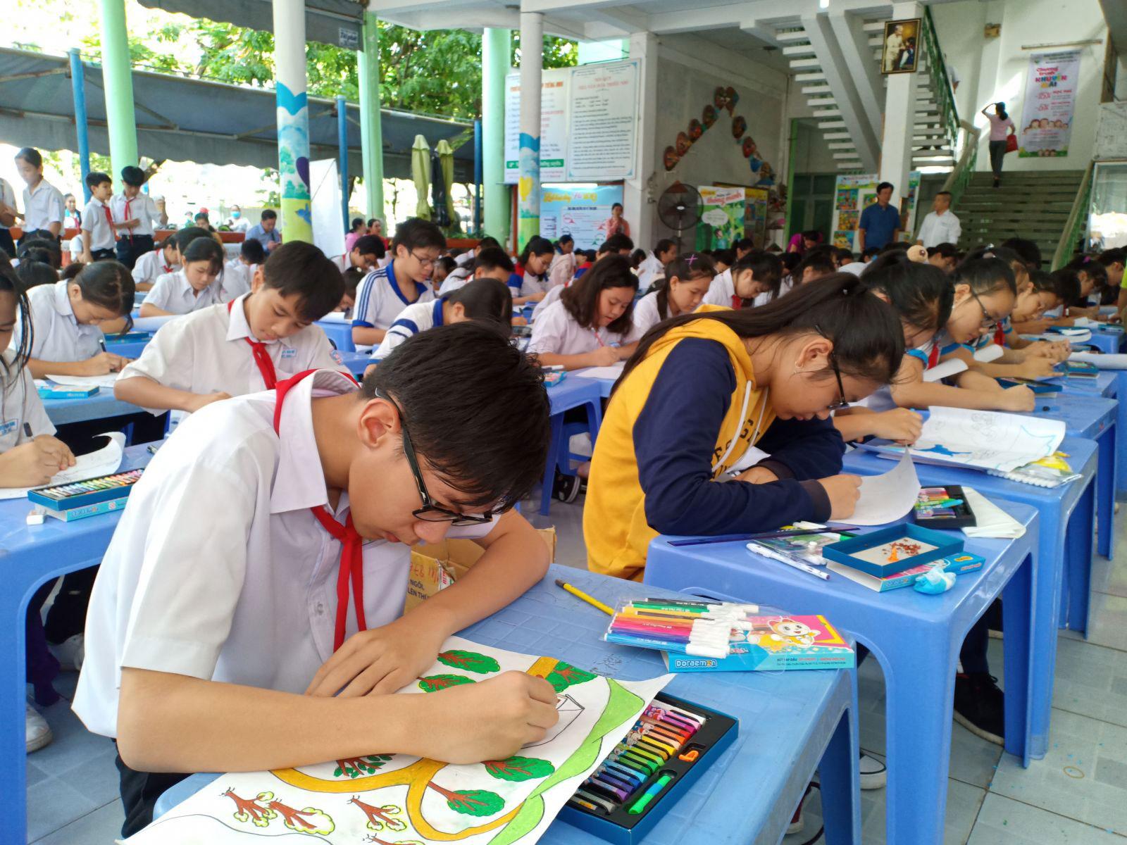 Các em học sinh thi vẽ tranh tại chỗ. Ảnh: LỆ THU