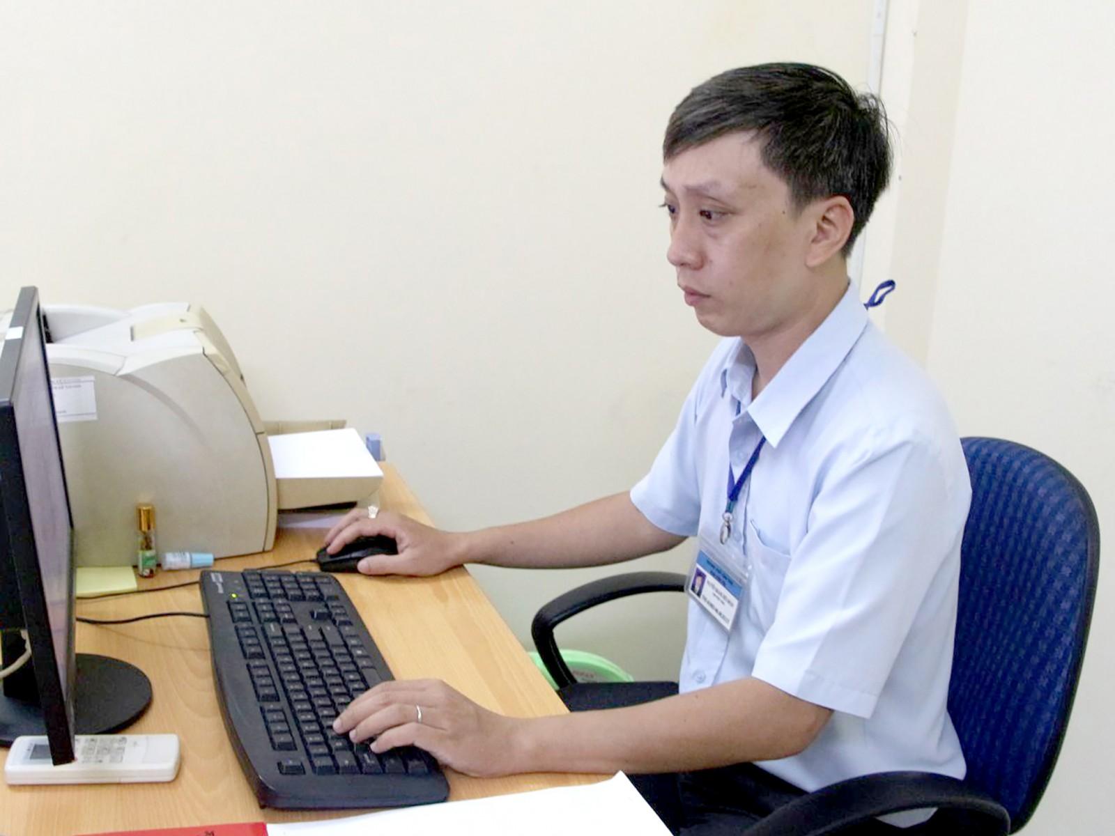 Công chức Ban Dân tộc xử lý thông tin đưa lên cổng thông tin điện tử của Ban. Ảnh: NGỌC QUYÊN.