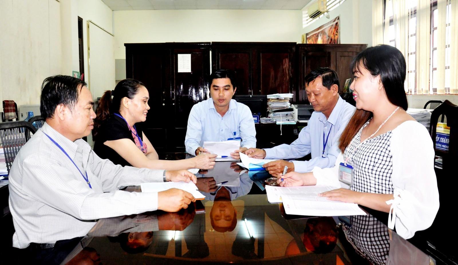 Cán bộ, đảng viên Phòng Nội vụ huyện Phong Điền tự giác tu dưỡng, rèn luyện nên không có trường họp suy thoái. Ảnh: AN BÌNH