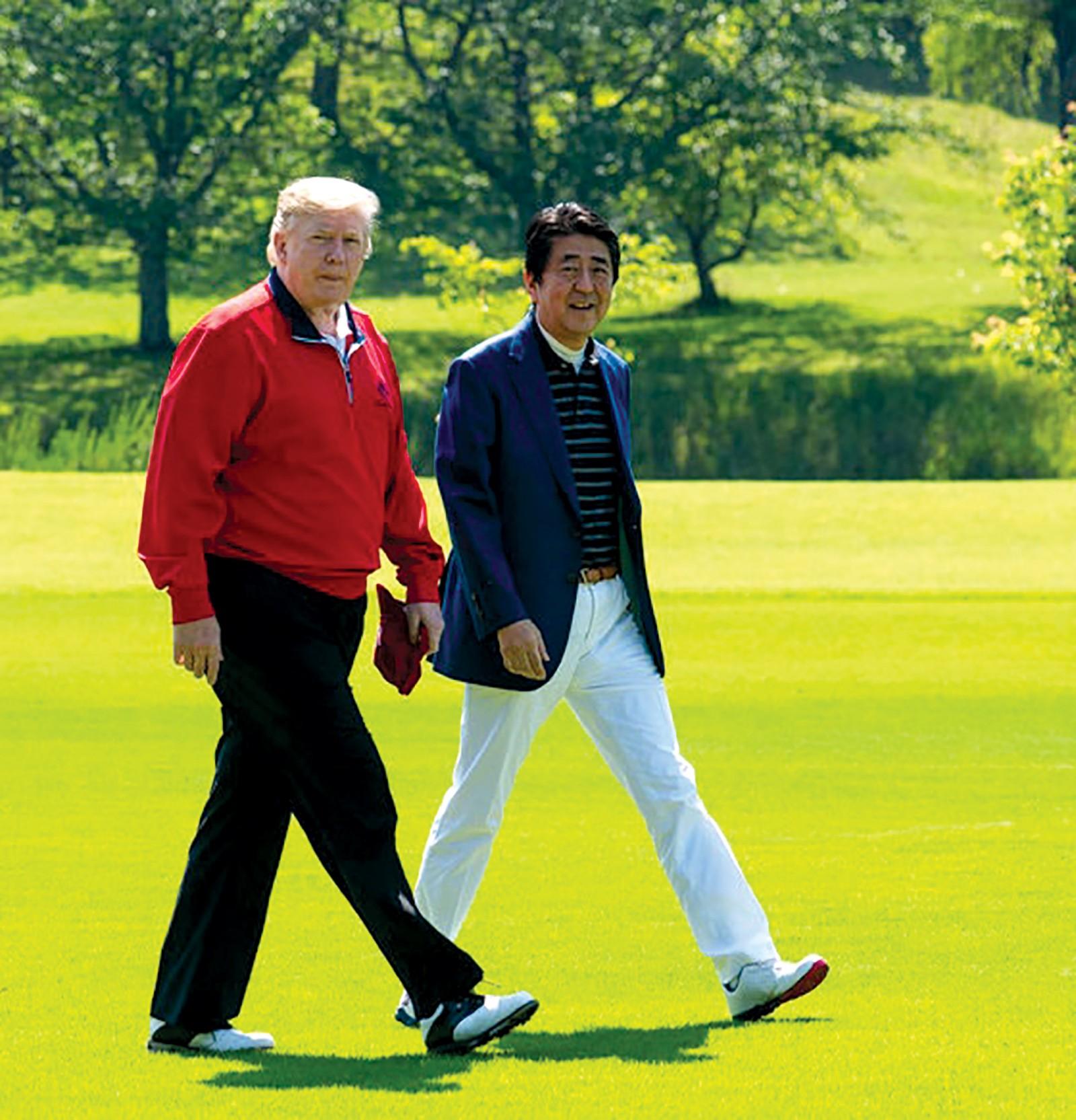 Tổng thống Trump (trái) và Thủ tướng Abe trên sân golf ngày 26-5.  Ảnh: New York Times