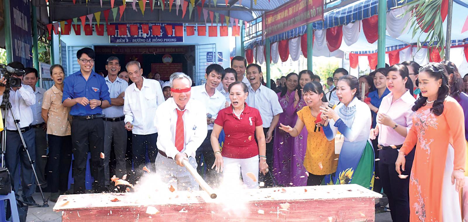 Ngày hội Đại đoàn kết ở khu vực 4, phường Trà An, quận Bình Thủy. Ảnh: KIM XUÂN