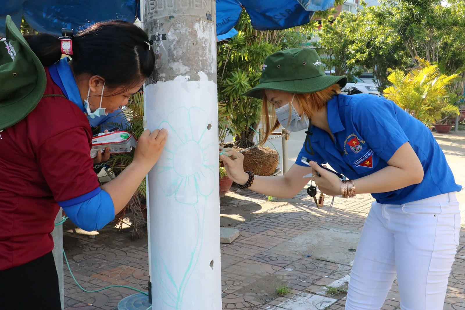 Đoàn viên phường Bùi Hữu Nghĩa, quận Bình Thủy sơn, vẽ tranh trên các cột điện, góp phần tạo vẻ mỹ quan đô thị. Ảnh: QUỐC THÁI