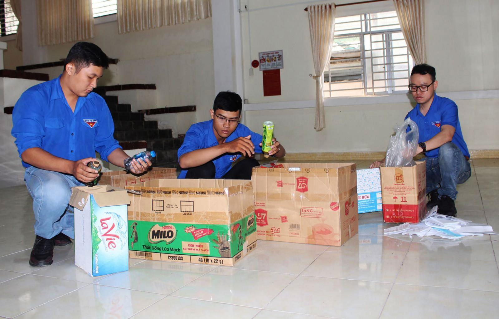Đoàn viên phường Cái Khế đóng góp chai nhựa, giấy vụn để bán gây quỹ giúp đỡ học sinh vượt khó. Ảnh: PHẠM TRUNG