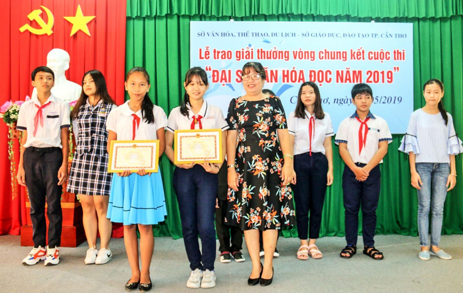 Bà Phan Thị Thùy Giang, Giám đốc Thư viện TP Cần Thơ, trao thưởng cho các em đoạt giải. Ảnh: ĐĂNG HUỲNH