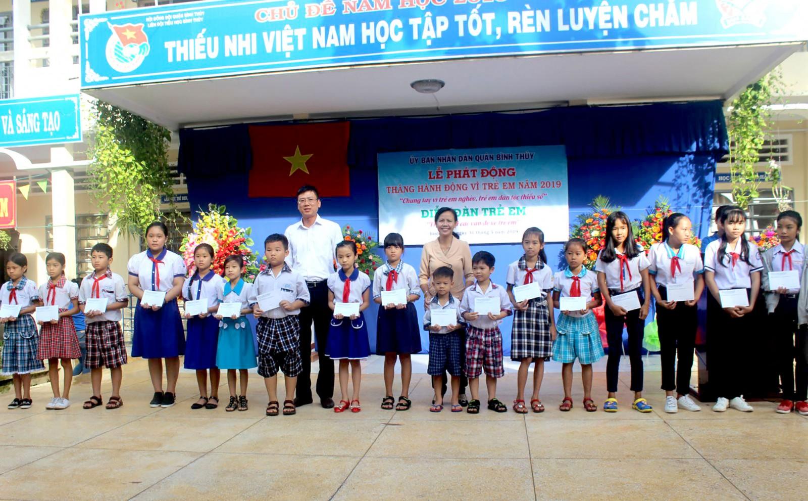 Lãnh đạo Sở Lao động- Thương binh và Xã hội thành phố và quận Bình Thủy trao quà cho trẻ em nghèo.