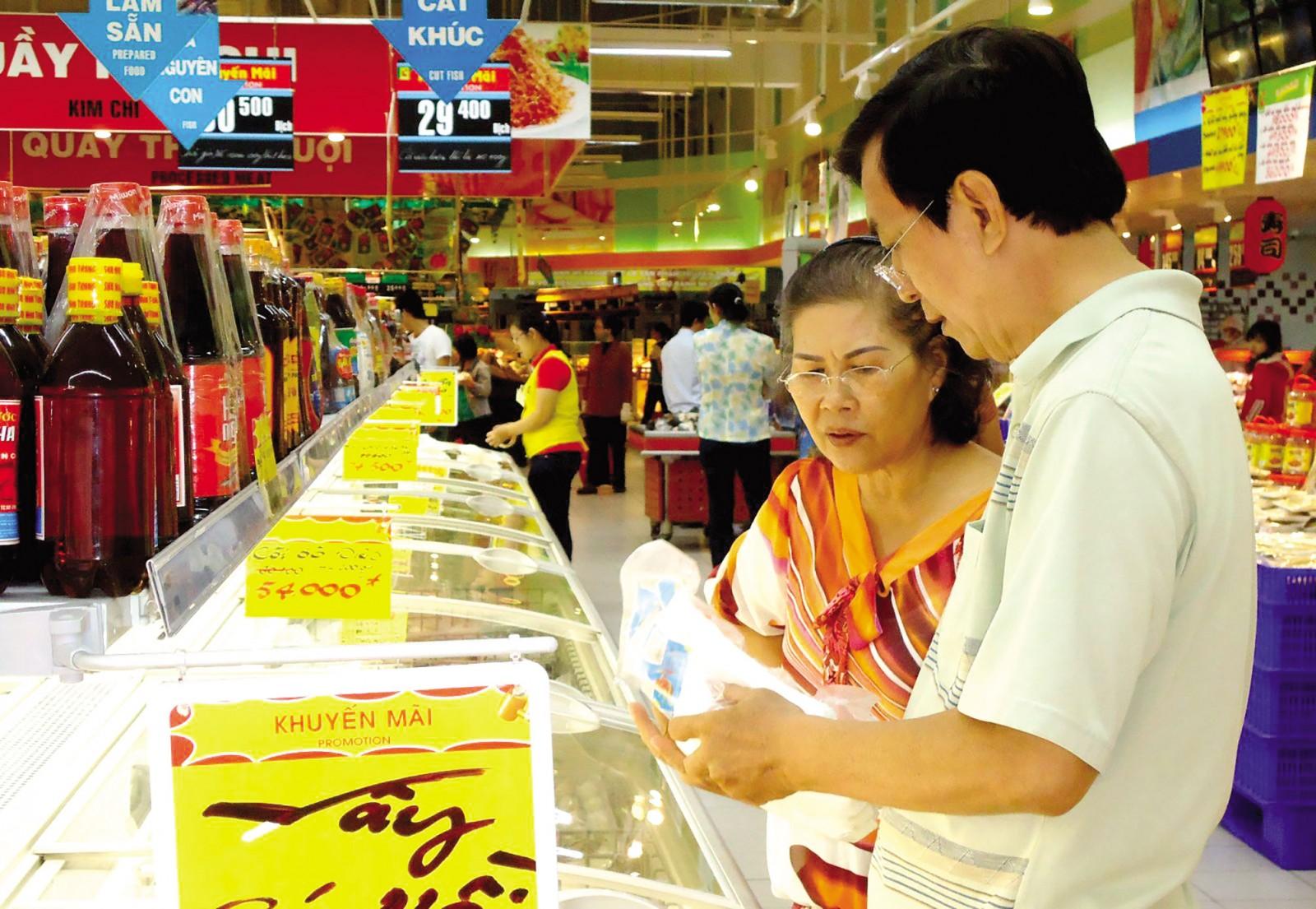 Người tiêu dùng mua sắm tại siêu thị Big C Cần Thơ.