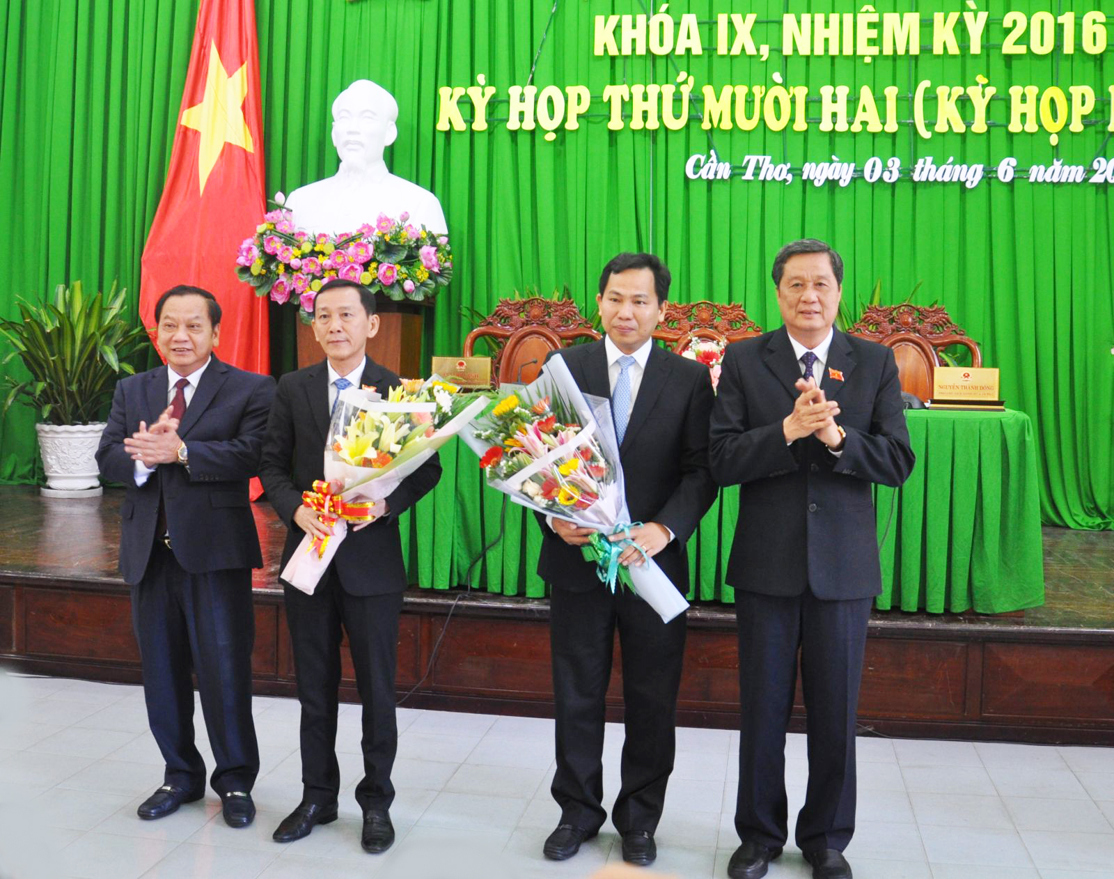 Lãnh đạo thành phố tặng hoa chúc mừng đồng chí Võ Thành Thống và đồng chí Lê Quang Mạnh. Ảnh: ANH DŨNG