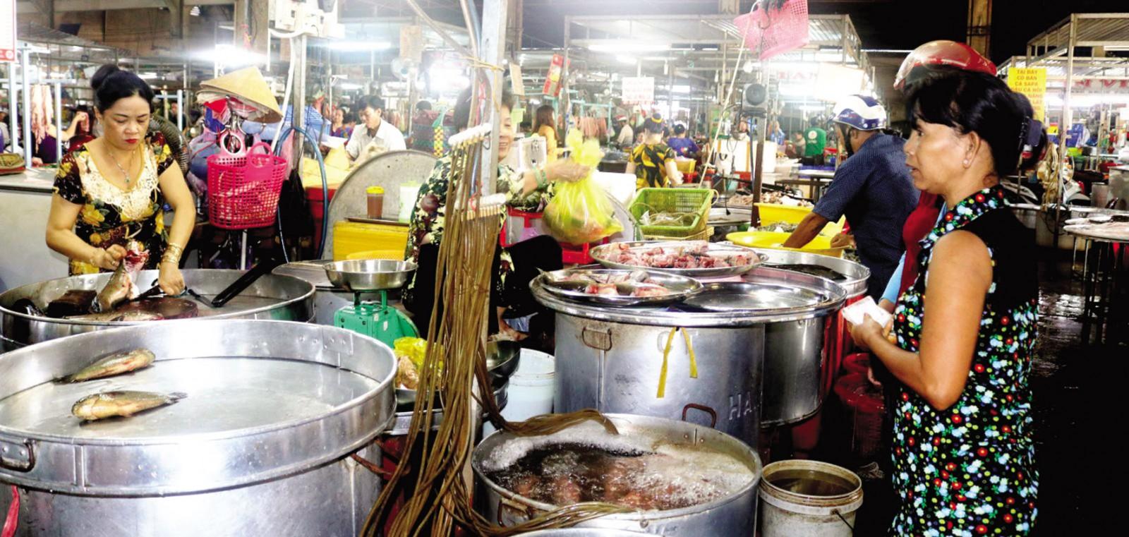 Mua bán thủy sản tươi sống tại chợ Nhà lồng 3, Trung tâm Thương mại Cái Khế, TP Cần Thơ.