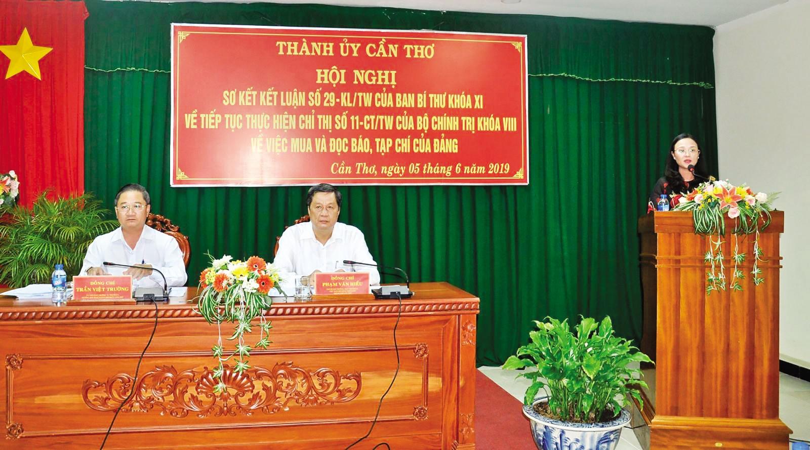 Các đồng chí Thường trực Thành ủy và Trưởng Ban Tuyên giáo Thành ủy chủ trì hội nghị. Ảnh: ANH DŨNG