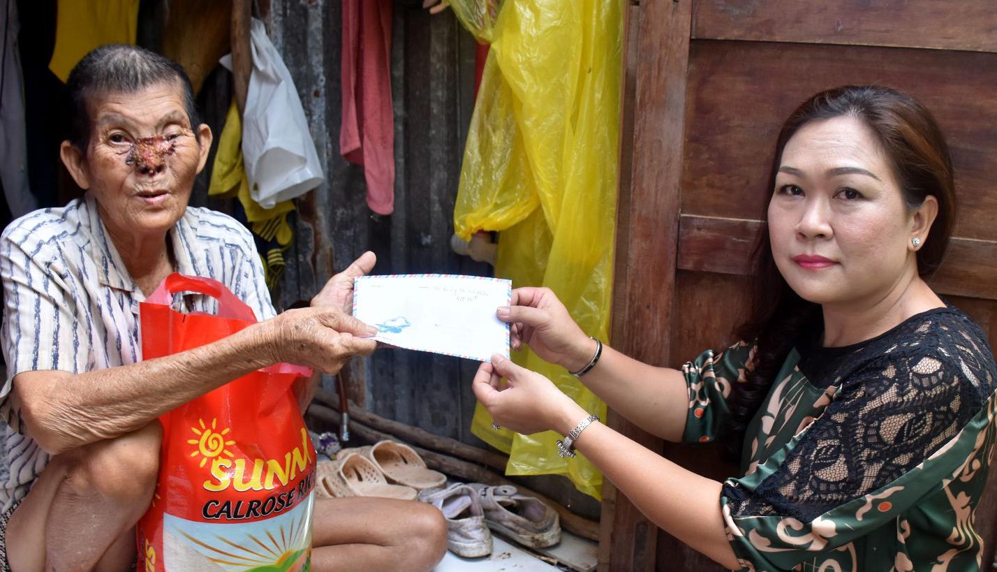 Ông Hồ Văn Phước rất vui khi nhận được tiền của gia đình bà Lan. Ảnh: X.Đào