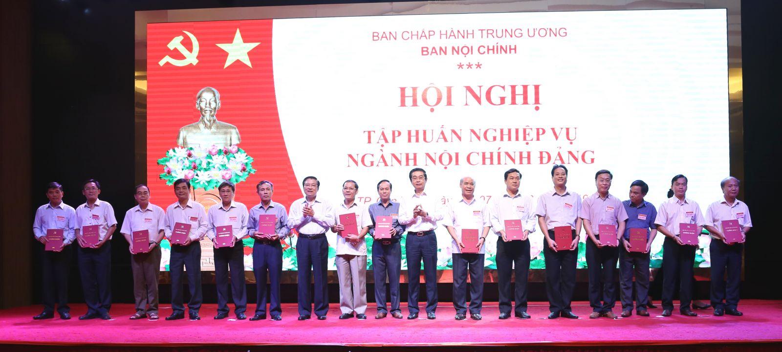 Lãnh đạo Ban Nội chính Trung ương trao giấy chứng nhận cho đại diện các Ban Nội chính tỉnh ủy, thành ủy. Ảnh: S.H