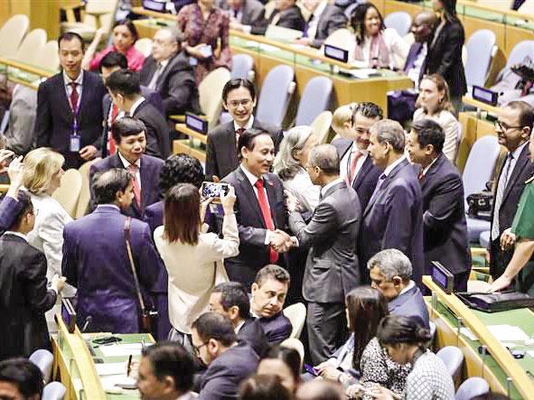 Trưởng đoàn Việt Nam, Thứ trưởng Bộ Ngoại giao Lê Hoài Trung (giữa trái) nhận lời chúc mừng của đại diện ngoại giao các nước sau khi kết quả bỏ phiếu cho thấy Việt Nam được bầu chọn là Ủy viên không thường trực HĐBA LHQ nhiệm kỳ 2020-2021, tại New York, Mỹ ngày 7-6-2019. Ảnh: THX/TTXVN