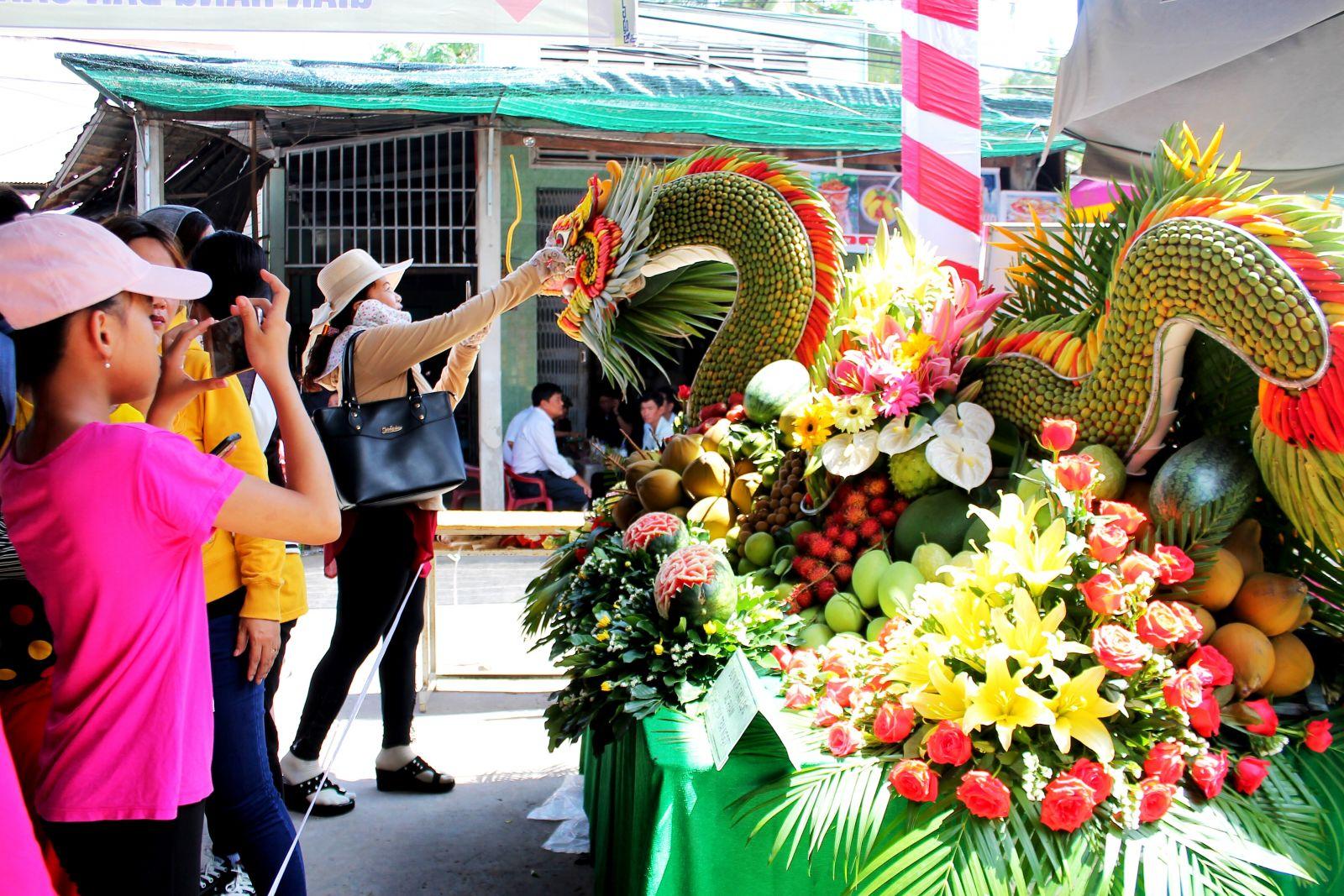 """Hội thi """"Trang trí, tạo hình trái cây nghệ thuật"""" - điểm nhấn của lễ hội - thu hút đông đảo khách tham quan thưởng lãm."""