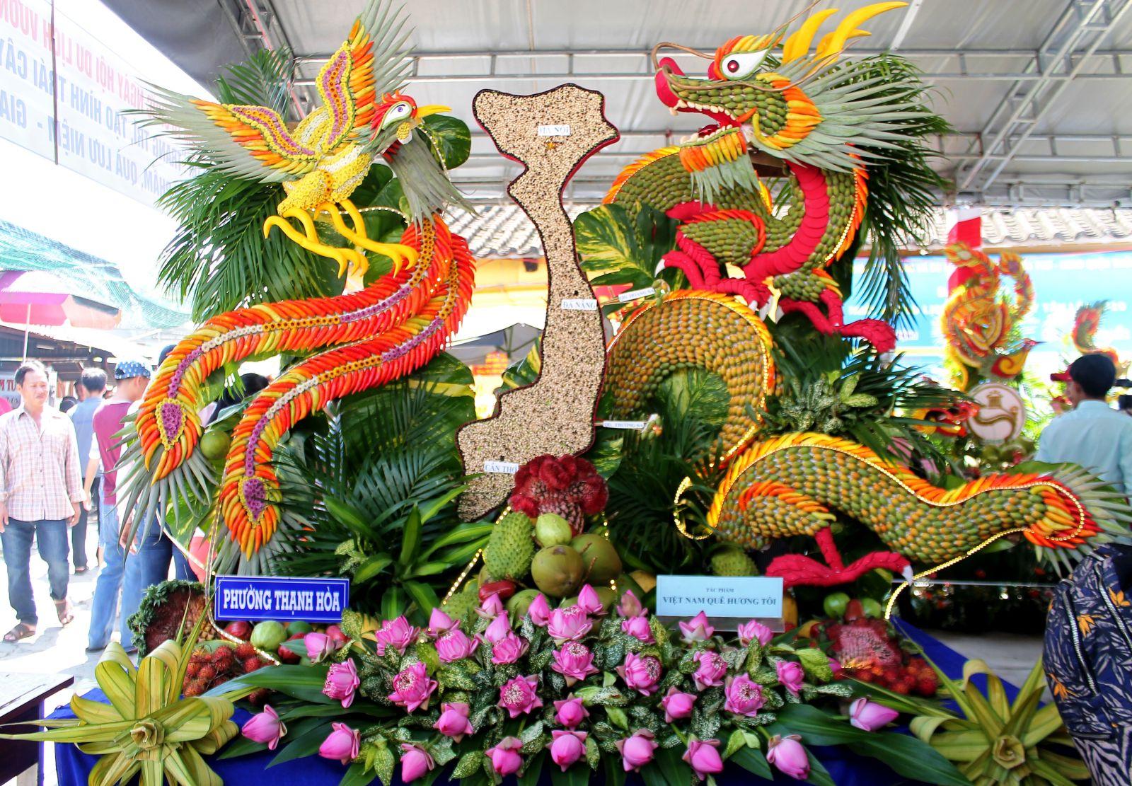 Mâm trái cây của phường Thạnh Hòa với tạo hình đất nước Việt Nam và đôi long phụng.