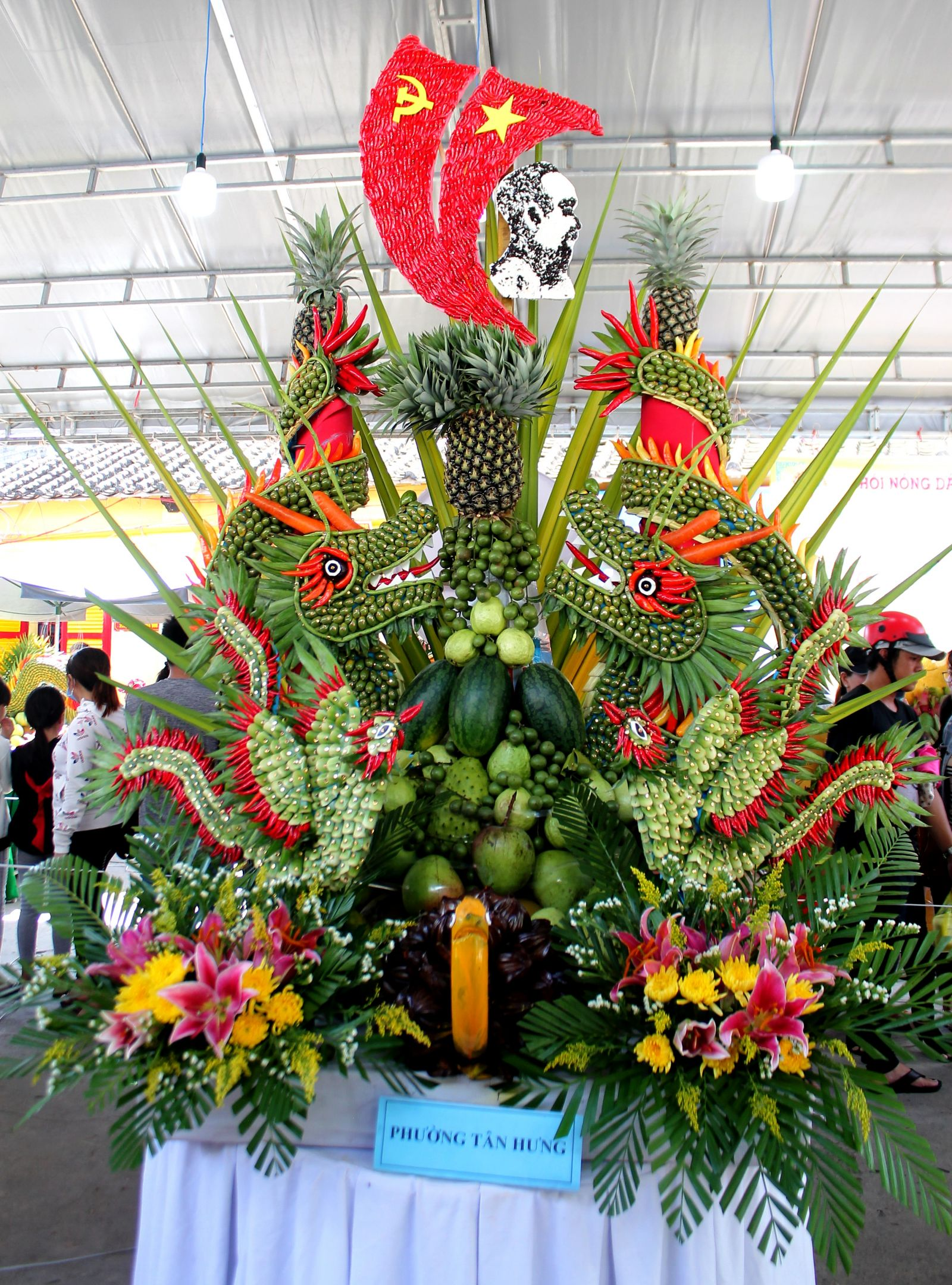 Mâm trái cây của phường Tân Hưng tôn vinh cờ Đảng, cờ Tổ quốc và Bác Hồ.