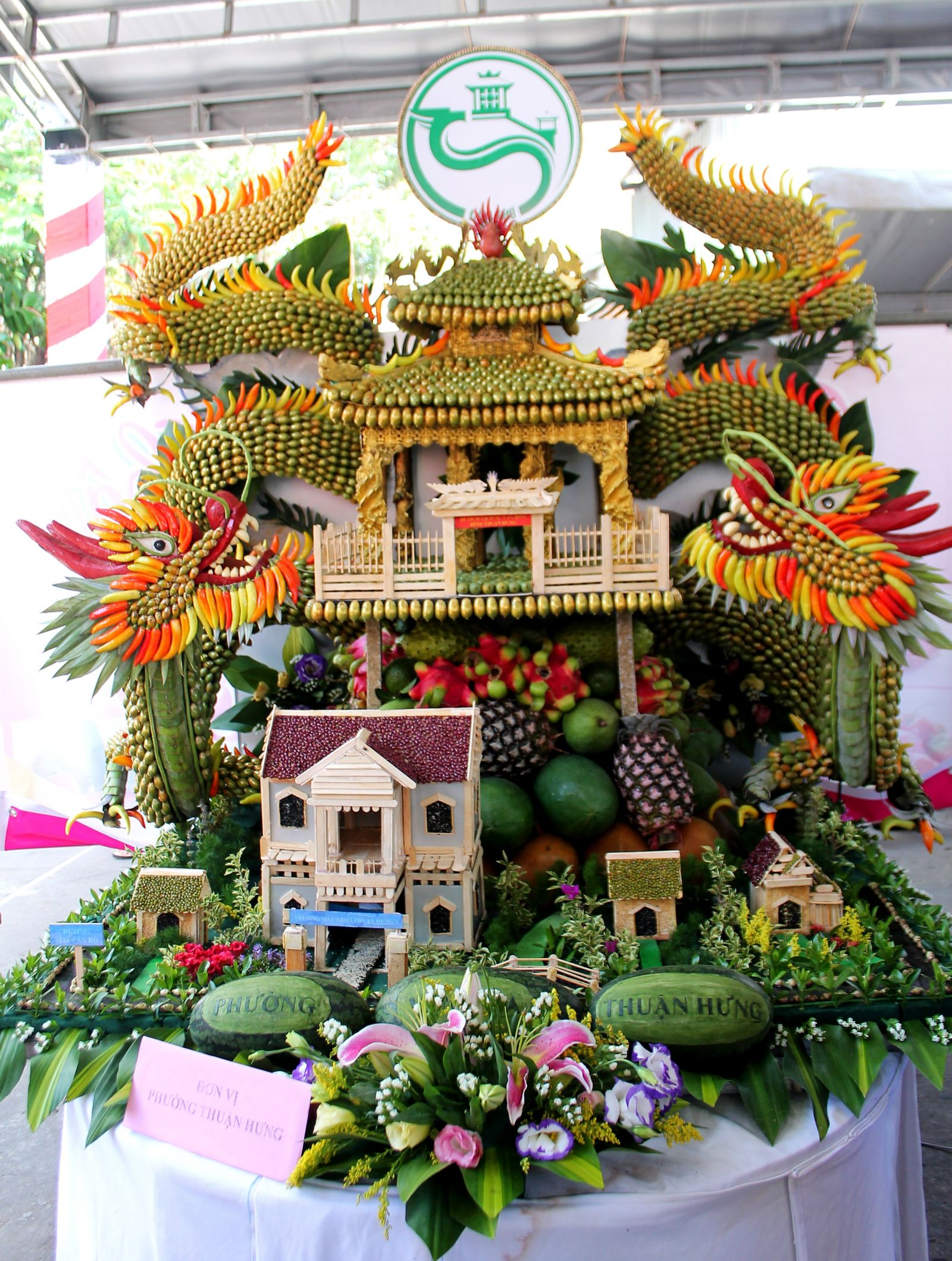 Mâm trái cây của phường Thuận Hưng với các mô hình tiêu biểu: đình, trường học, nhà cửa trên địa bàn phường.