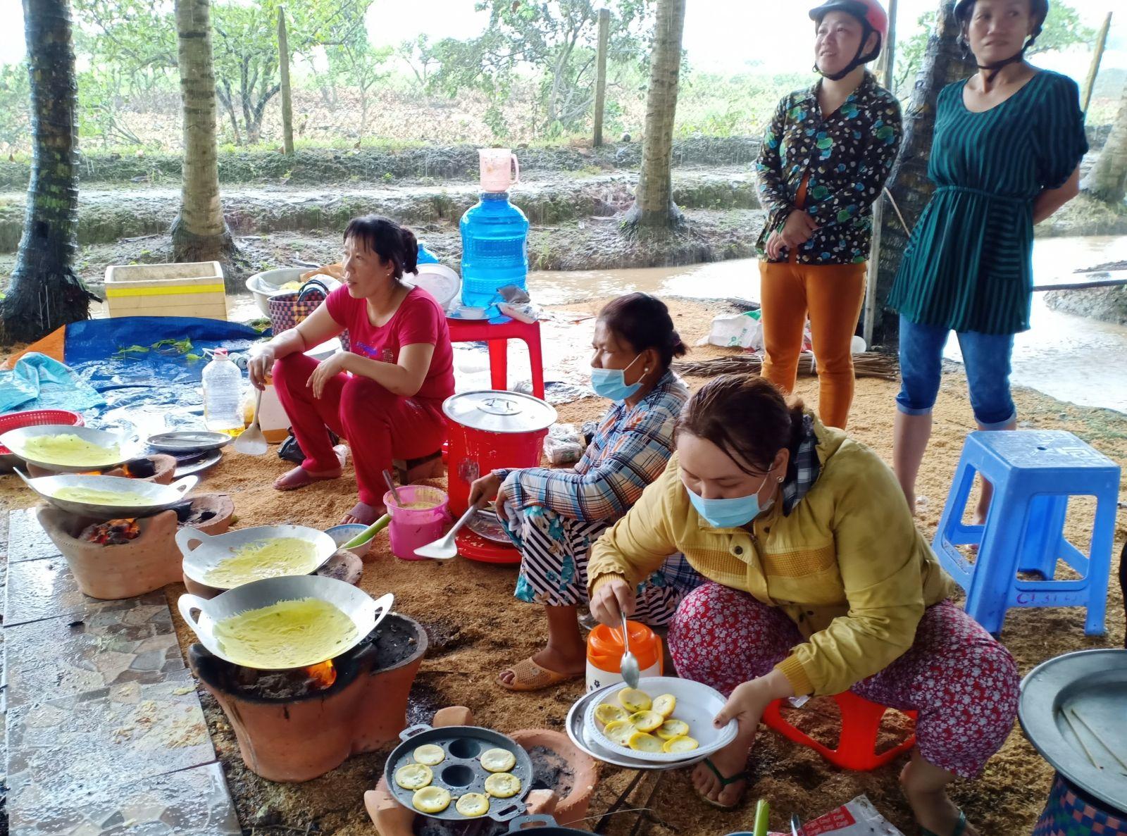 Đổ bánh khọt, bánh xèo phục vụ khách tại vườn dừa dịp lễ hội.