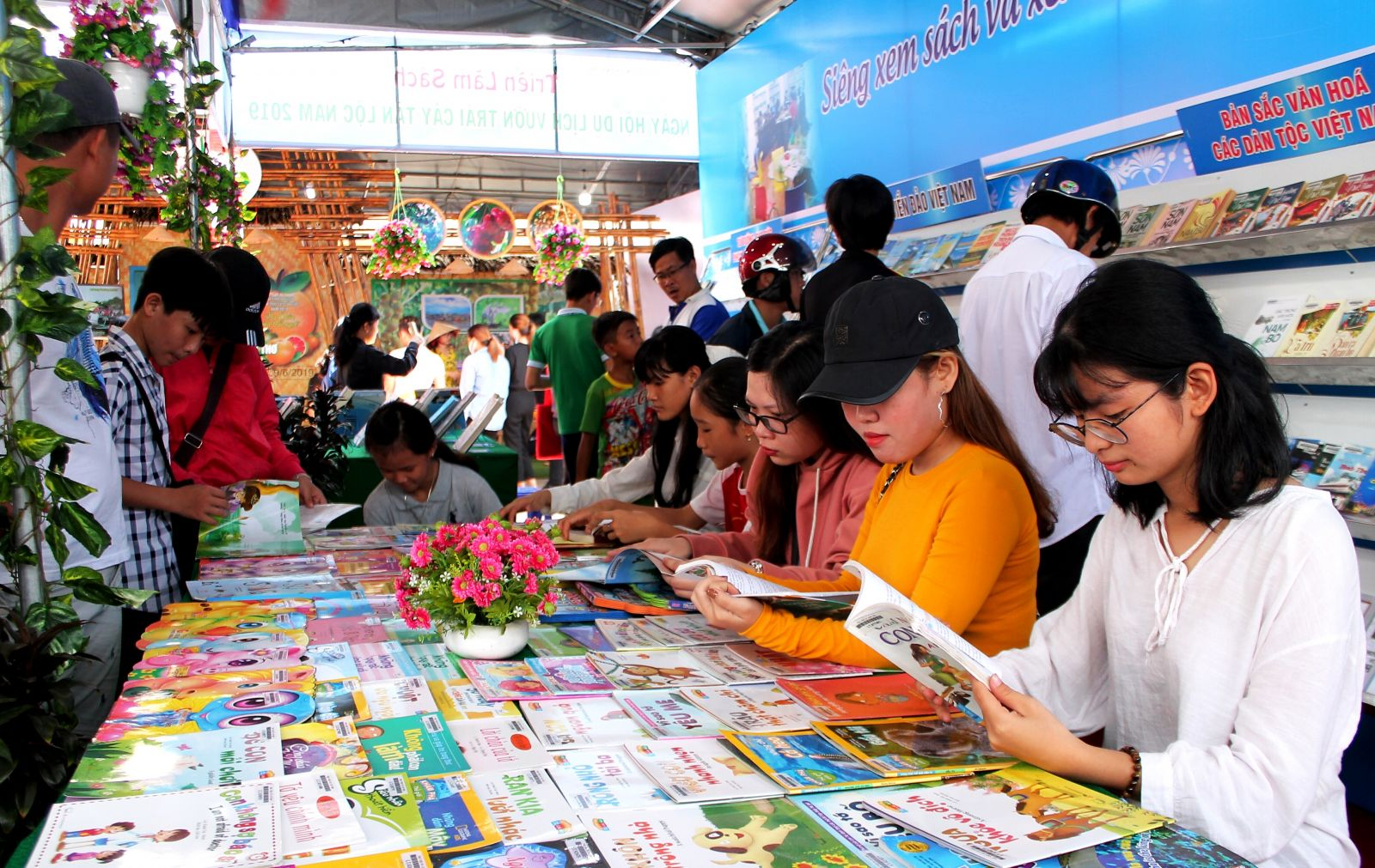 Thư viện TP Cần Thơ phục vụ sách báo cho bạn đọc tại lễ hội.