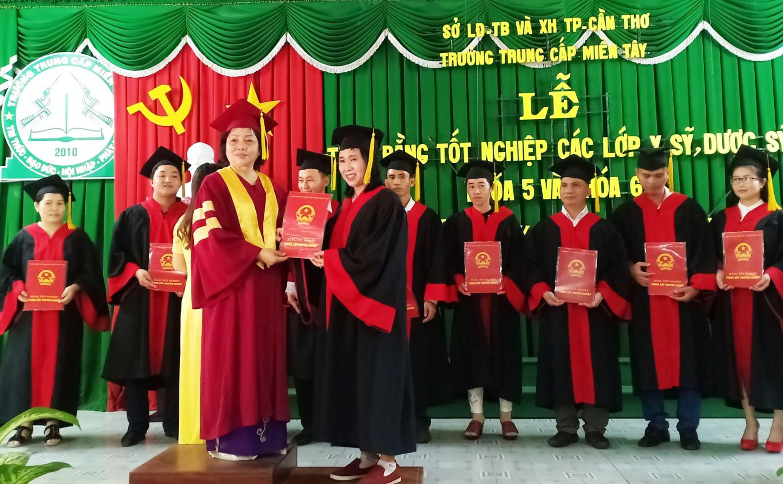 Hiệu trưởng trường trao bằng tốt nghiệp cho học sinh  tại buổi lễ. Ảnh: LỆ THU