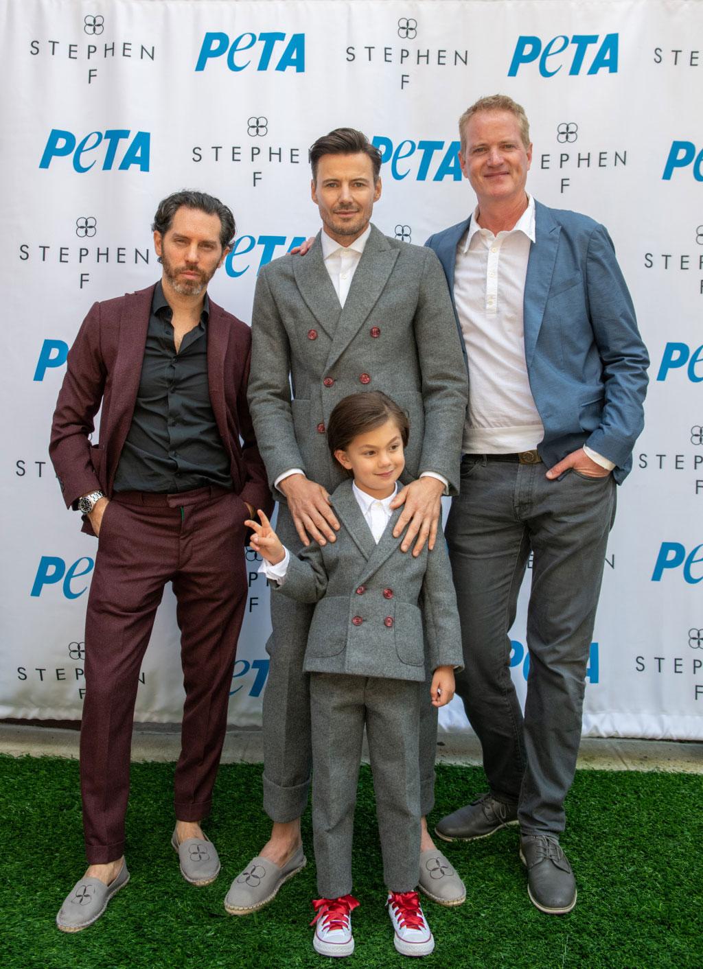 Stephen Ferber (trái) cùng các thiết kế trong BST Vegan hợp tác với PETA.