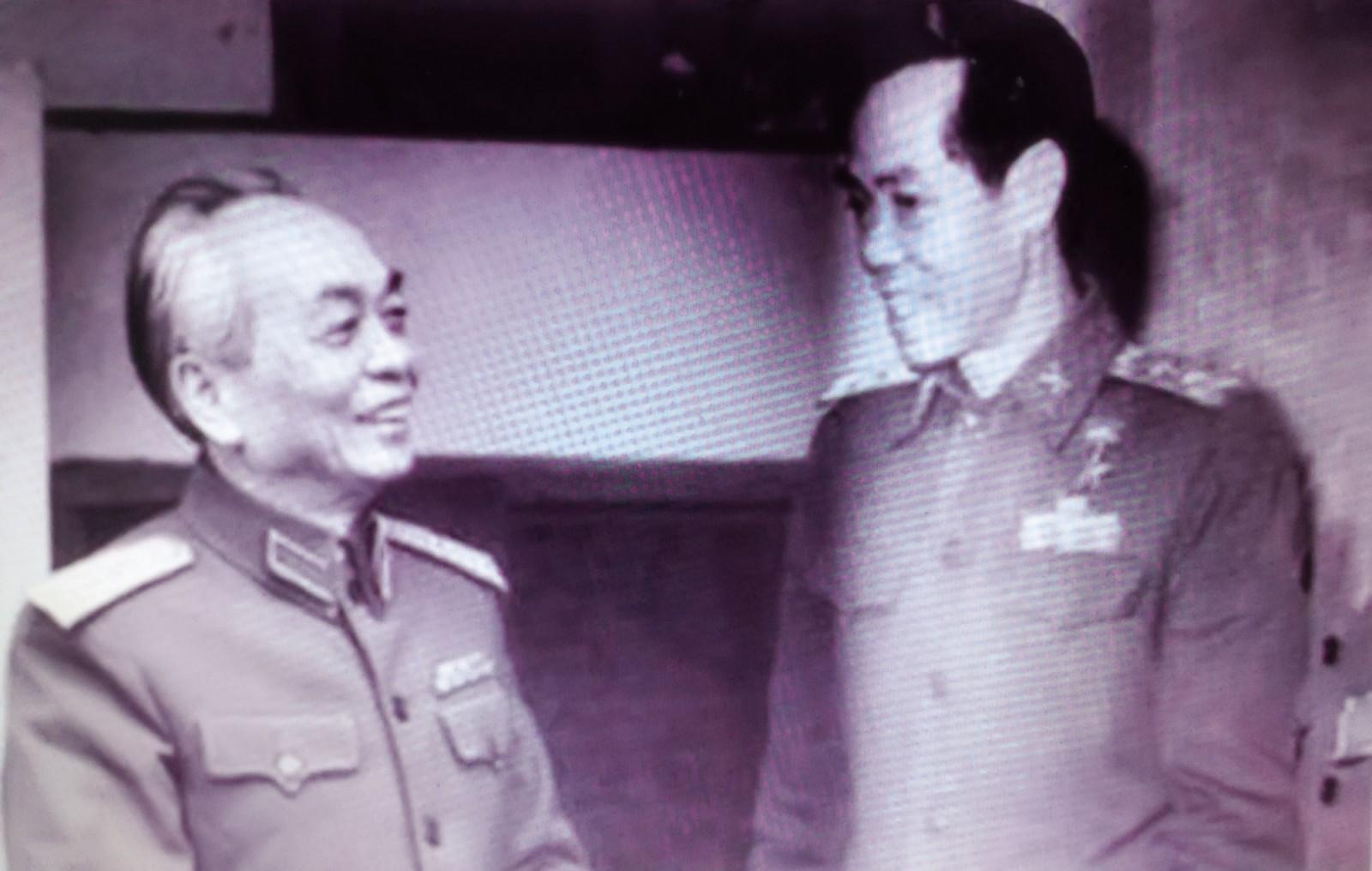 Đại tướng Võ Nguyên Giáp và Thiếu tướng Phạm Xuân Ẩn. Ảnh chụp lại từ ảnh tư liệu