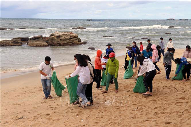 Thu gom rác thải nhựa tại bãi biển Dinh Cậu, huyện Phú Quốc (Kiên Giang). Ảnh: Lê Huy Hải - TTXVN