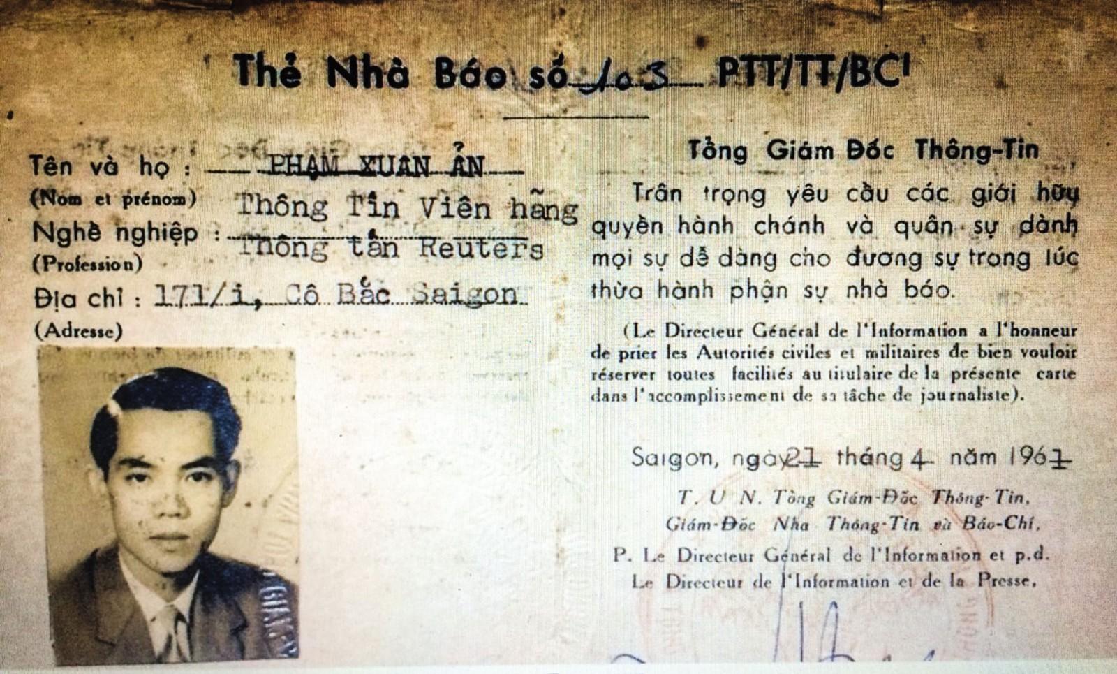 Thẻ nhà báo của Phạm Xuân Ẩn. Ảnh chụp lại từ ảnh tư liệu