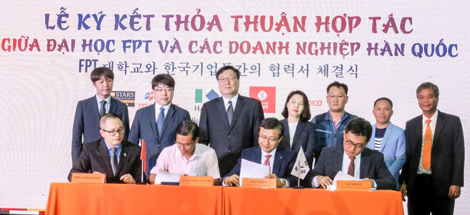 Lễ ký kết thỏa thuận hợp tác giữa Đại học FPT Cần Thơ và các doanh nghiệp Hàn Quốc.