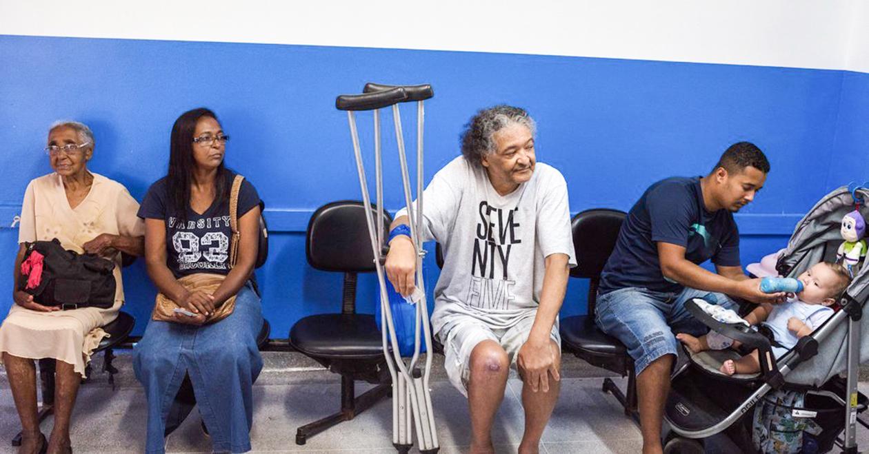 Bệnh nhân Brazil chờ khám bệnh tại một phòng khám địa phương. Ảnh: NYT