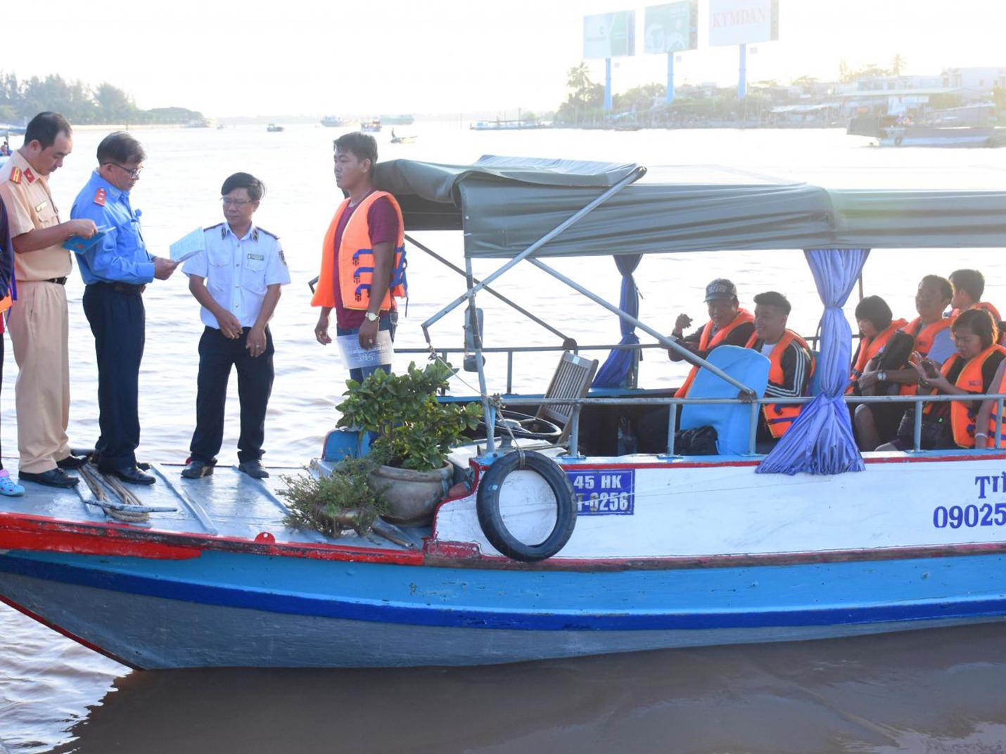 Các thành viên Đoàn liên ngành kiểm tra công tác bảo đảm trật tự an toàn giao thông ĐTNĐ tại bến tàu du lịch Bến Ninh Kiều.