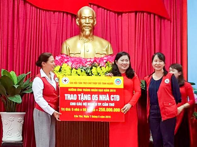 Đại diện Chi Hội tán trợ tình người Hà Nội hỗ trợ 5 căn nhà CTĐ cho hộ nghèo trên địa bàn TP Cần Thơ. Ảnh: Xuân Đào