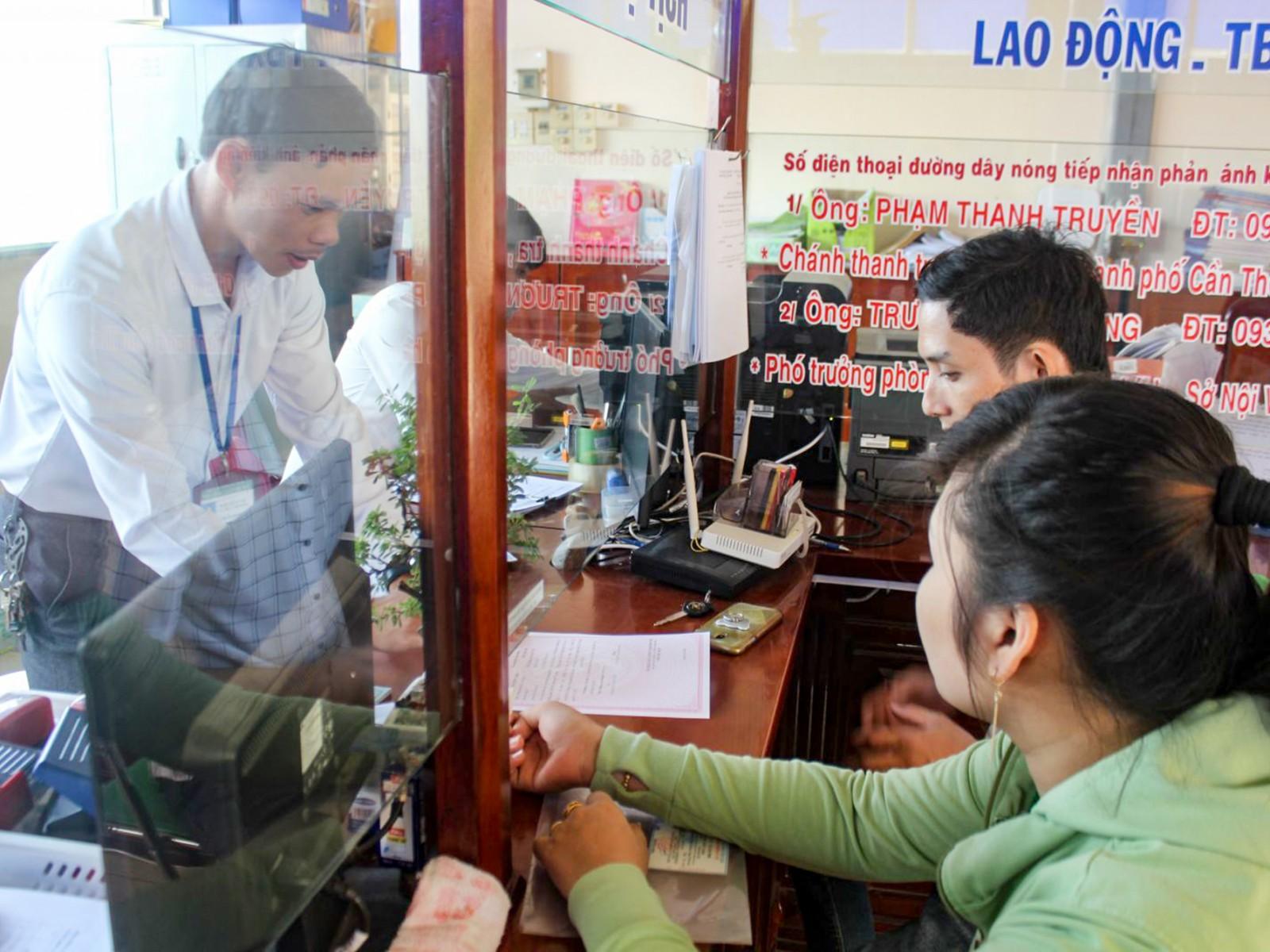Anh Trần Hữu Trí, Công chức Tư pháp- Hộ tịch UBND phường Tân Hưng, quận Thốt Nốt nhiệt tình hướng dẫn người dân thực hiện TTHC.
