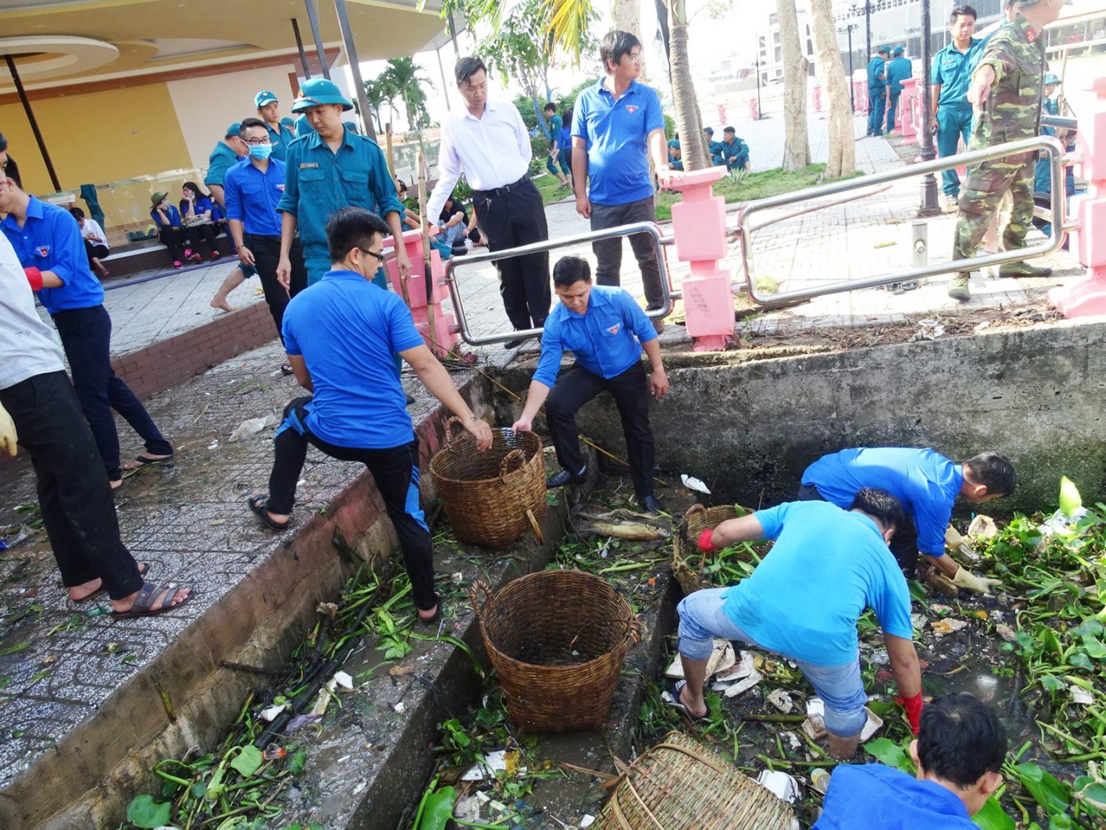 Đoàn viên thanh niên quận Ninh Kiều ra quân vớt rác, bảo vệ môi trường tại các tuyến sông, rạch trên địa bàn.