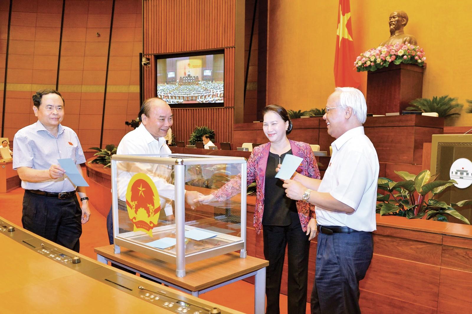 Thủ tướng Nguyễn Xuân Phúc và Chủ tịch Quốc hội Nguyễn Thị Kim Ngân và các đại biểu bỏ phiếu kín. Ảnh: DOÃN TẤN – TTXVN