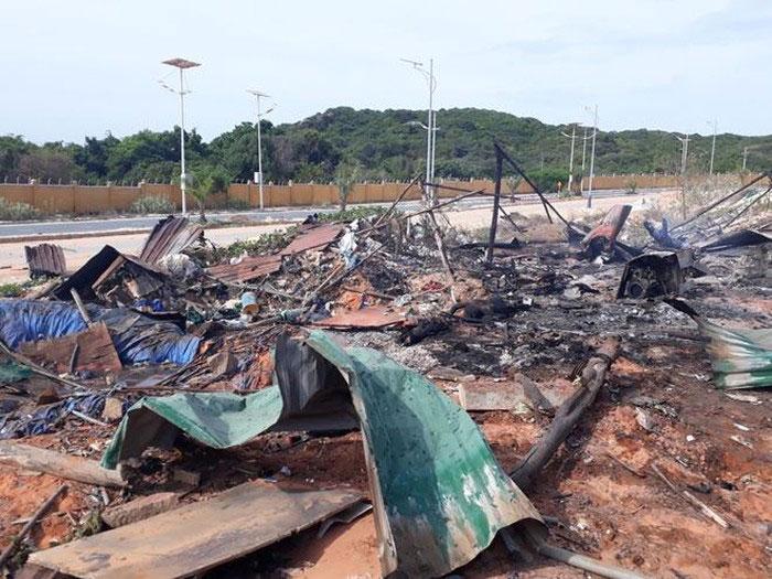 Hiện trường tan hoang sau vụ cháy nổ xăng dầu ở Cam Ranh. Ảnh: TT&VH