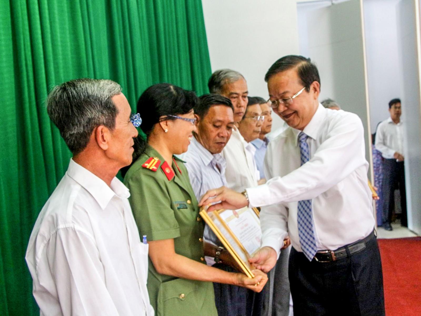 Nhiều tập thể và cá nhân có thành tích tiêu biểu trong thực hiện Chỉ thị 05 được UBND quận Bình Thủy tặng Giấy khen.