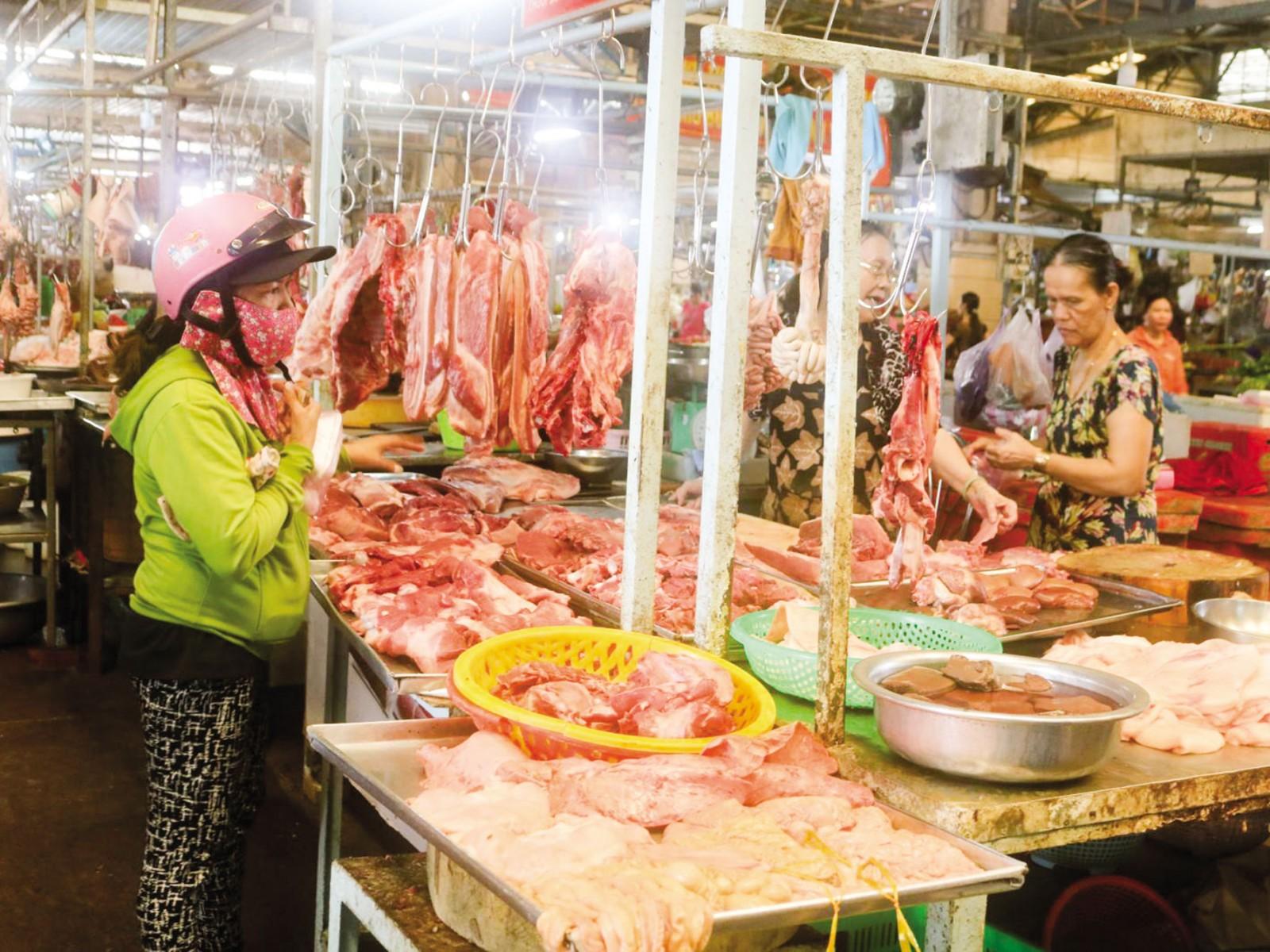 Nguồn cung thịt heo dồi dào tại chợ Nhà lồng 3, Trung tâm thương mại Cái Khế.