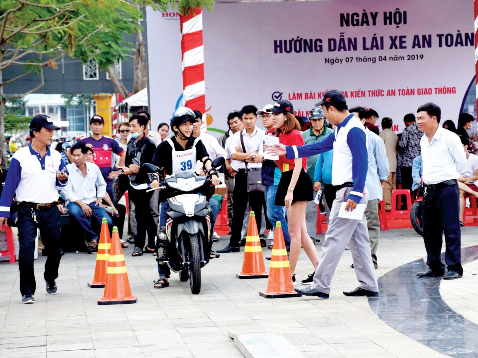 Các doanh nghiệp ngày càng quan tâm trách nhiệm xã hội song hành cùng hoạt động kinh doanh. Trong ảnh: Honda Hồng Đức tổ chức hướng dẫn lái xe an toàn cho khách hàng.