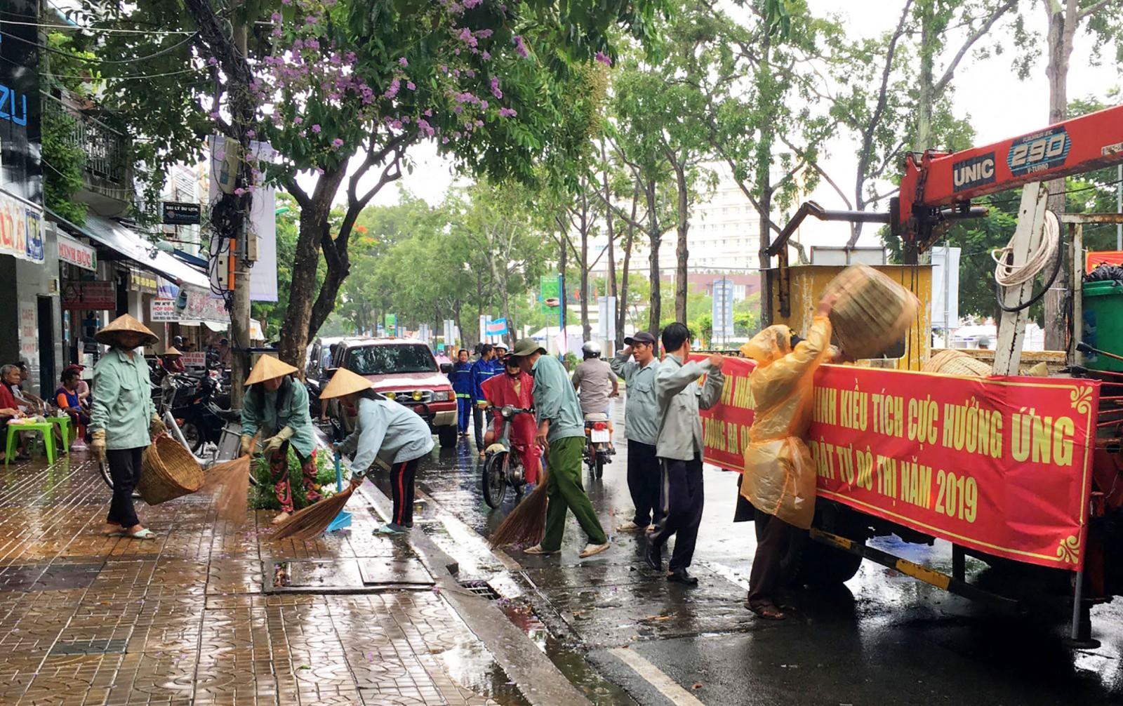 Công nhân viên chức và người lao động phường An Cư ra quân dọn dẹn vệ sinh môi trường trên đường Lý Tự Trọng.