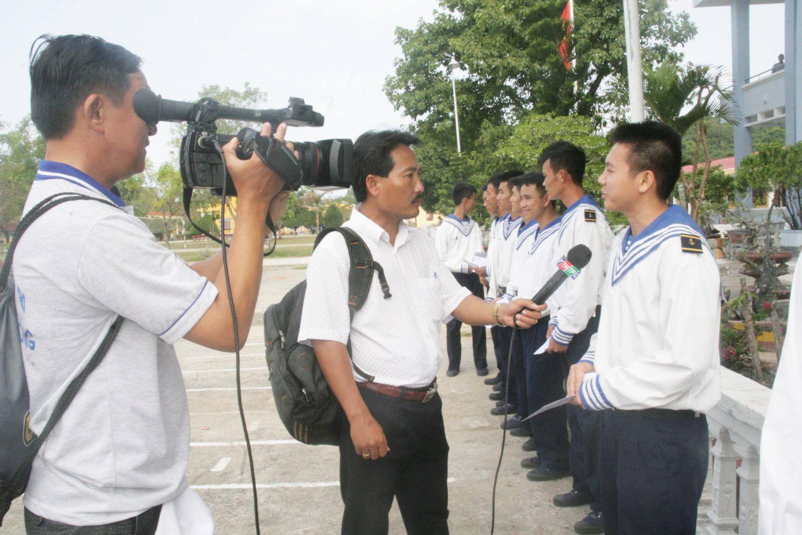 Phóng viên Đài Phát thanh và Truyền hình TP Cần Thơ tác nghiệp tại đảo Phú Quốc, tỉnh Kiên Giang.