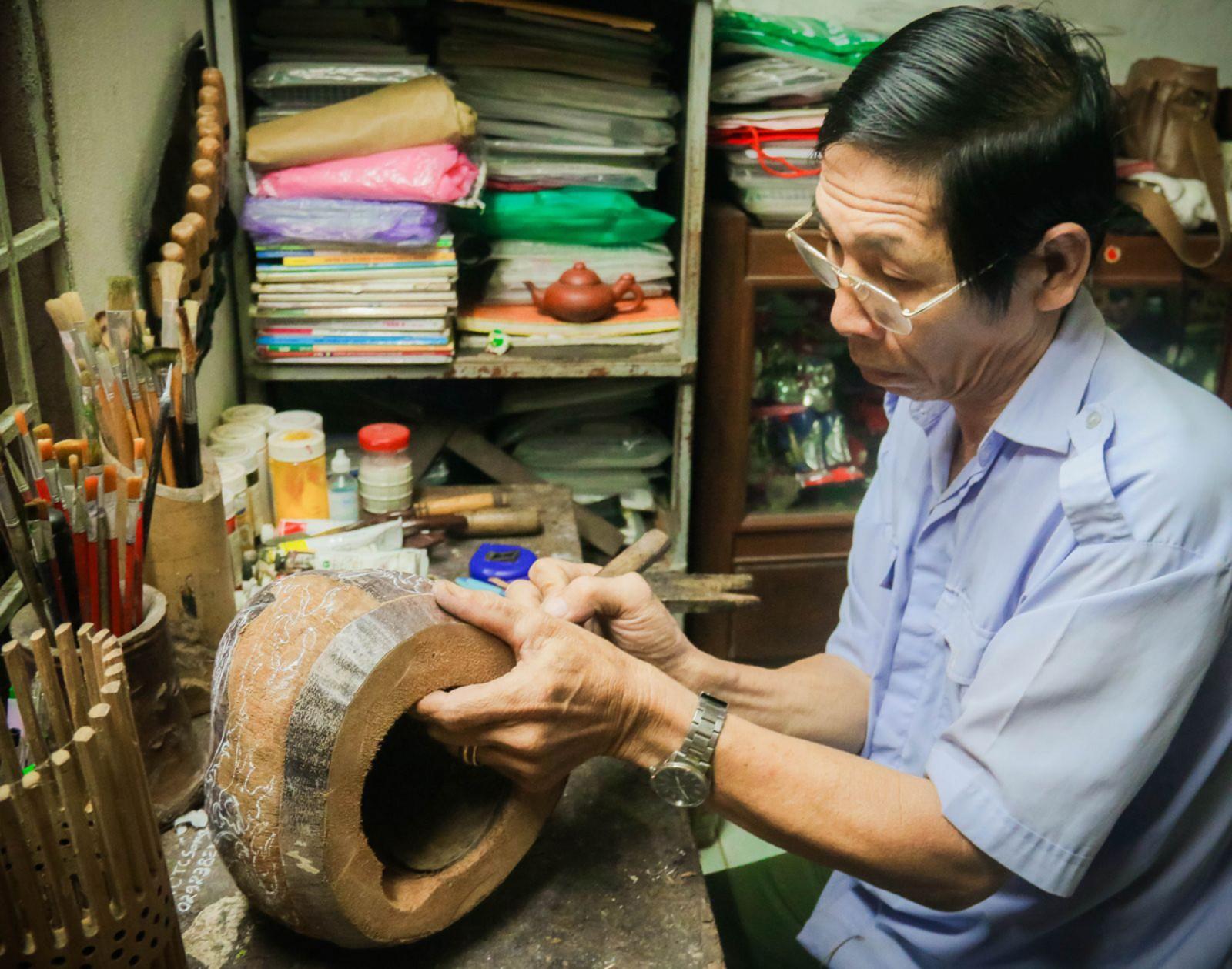 Ông Ba Điểm thể hiện sự tài hoa trên vỏ dừa khô.