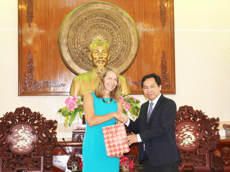 Ông Lê Quang Mạnh, Chủ tịch UBND TP Cần Thơ tặng quà lưu niệm cho bà Mary Tarnowka.  Ảnh: N.H