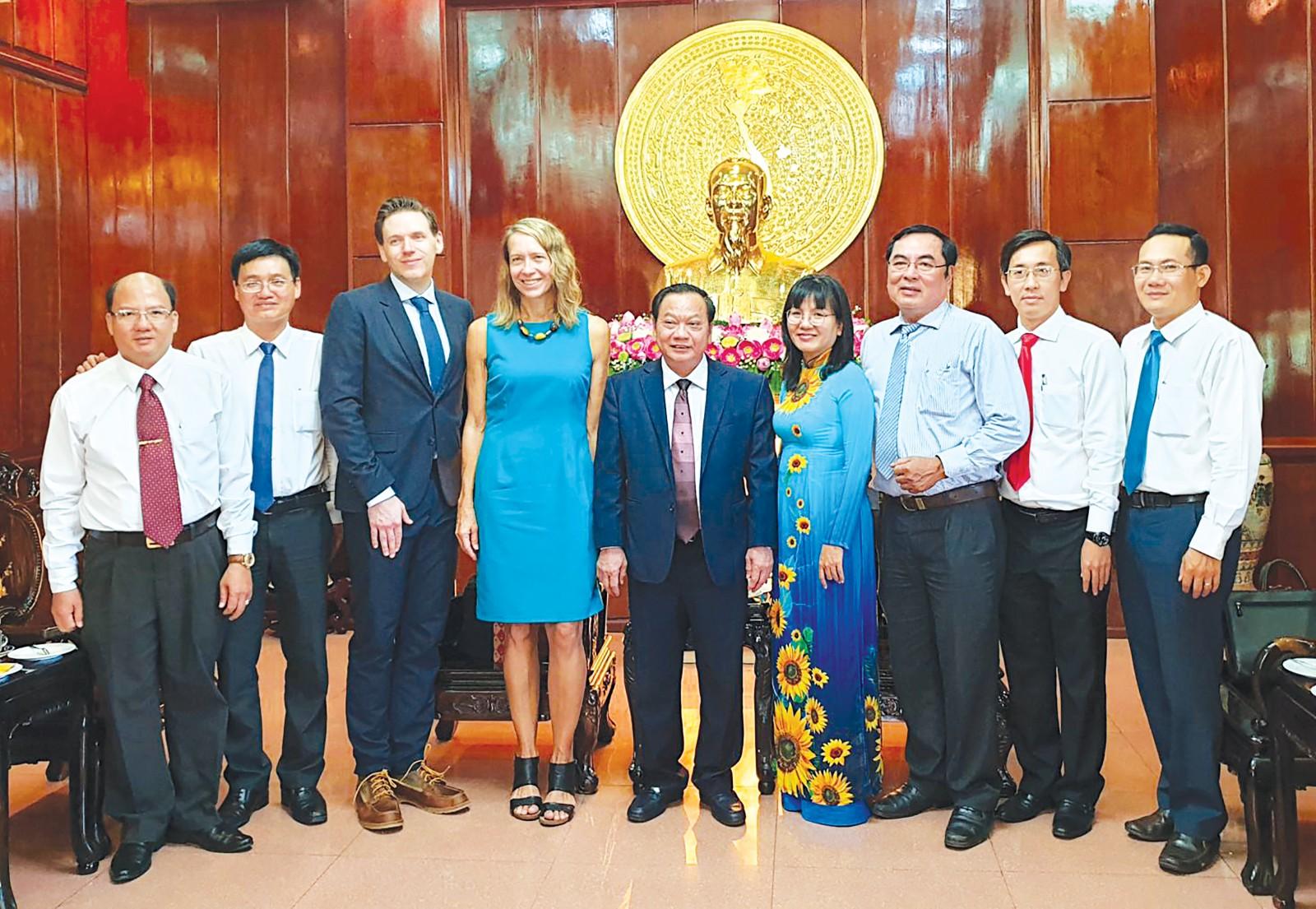 Bà Mary Tarnowka, Tổng Lãnh sự Hoa Kỳ tại TP Hồ Chí Minh chụp ảnh lưu niệm với lãnh đạo TP Cần Thơ. Ảnh: Hồng Vân