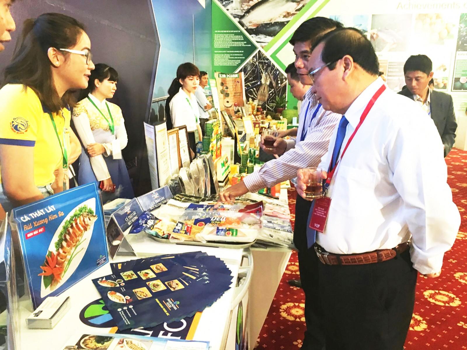 Công ty Cổ phần Thực phẩm Phạm Nghĩa giới thiệu sản phẩm tại triển lãm ở TP Cần Thơ.