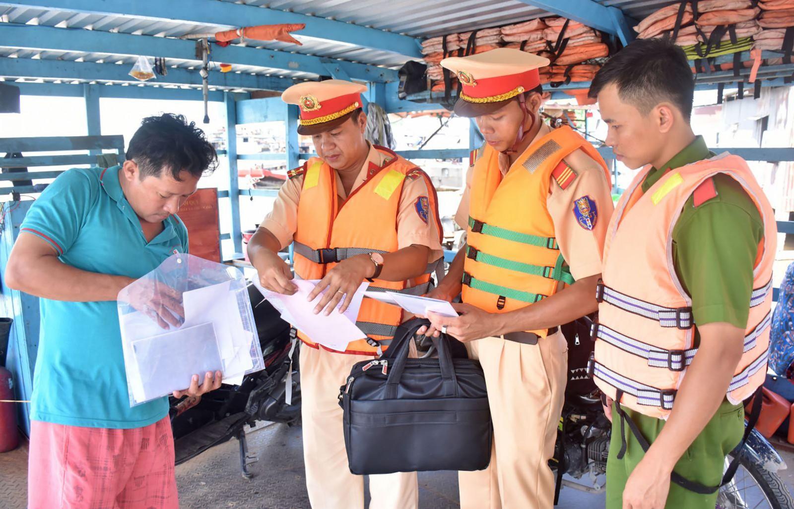 Cảnh sát đường thủy Trạm Thới An kiểm tra hoạt động bến khách ngang sông Rạch Vàm, thuộc phường Thới An, quận Ô Môn.