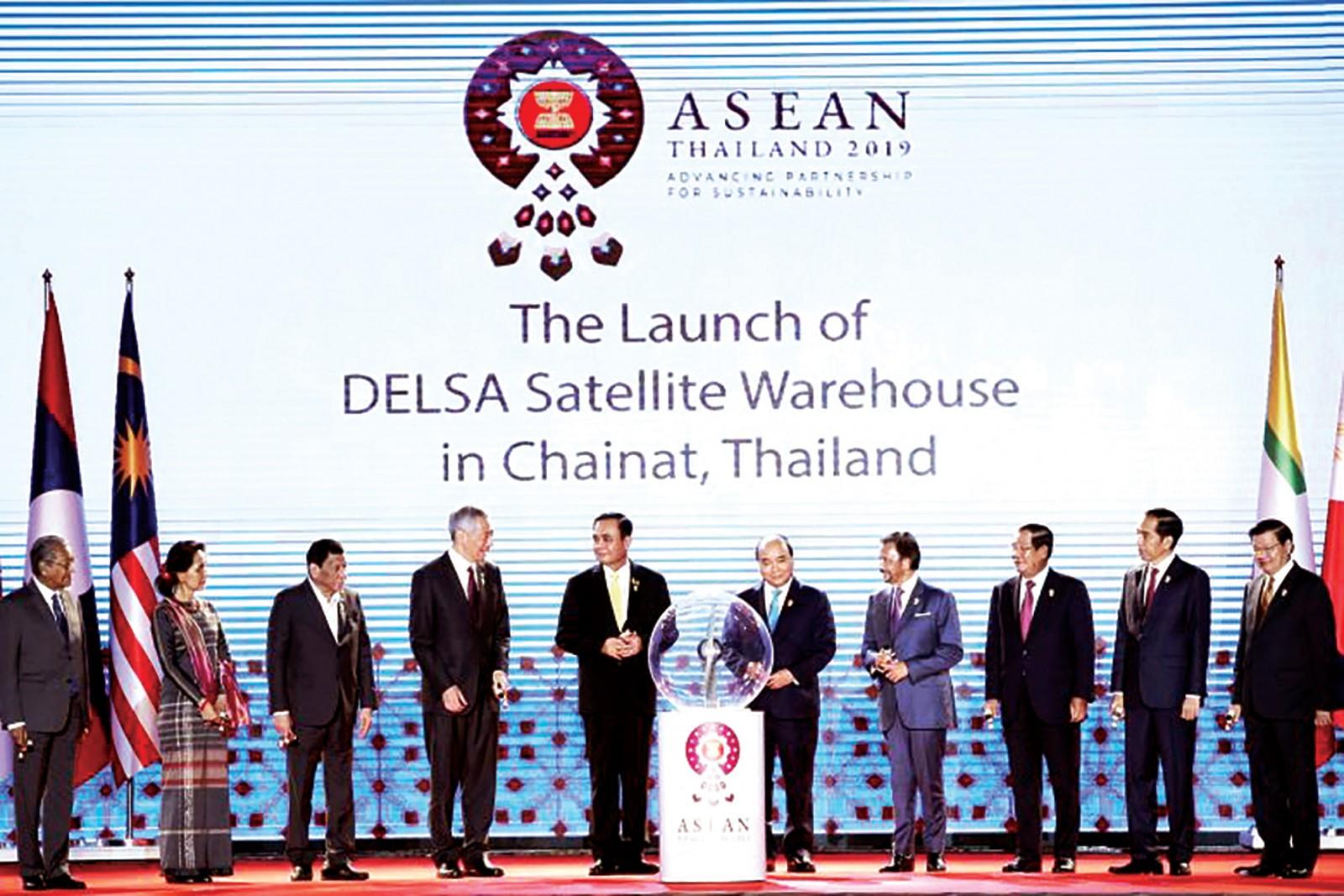 Các nhà lãnh đạo ASEAN tại lễ khai trương Kho vệ tinh ASEAN. Ảnh: EPA-EFE